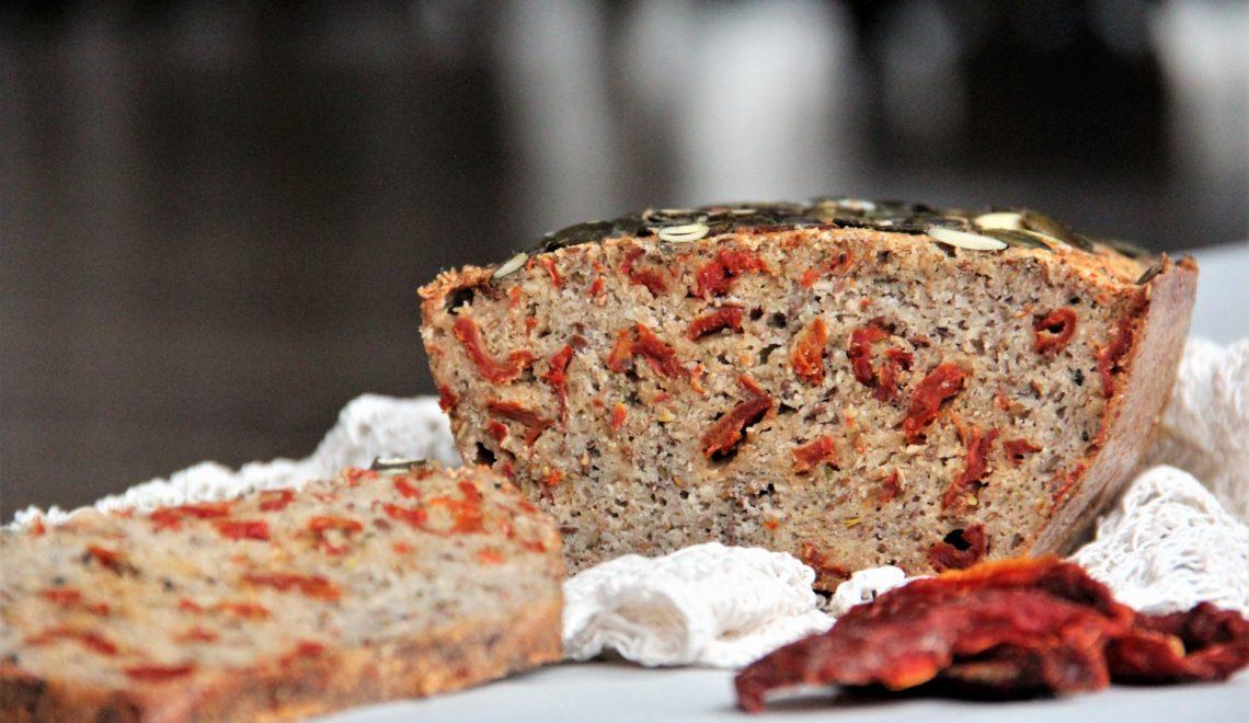 Bezglutenowy chleb z suszonymi pomidorkami