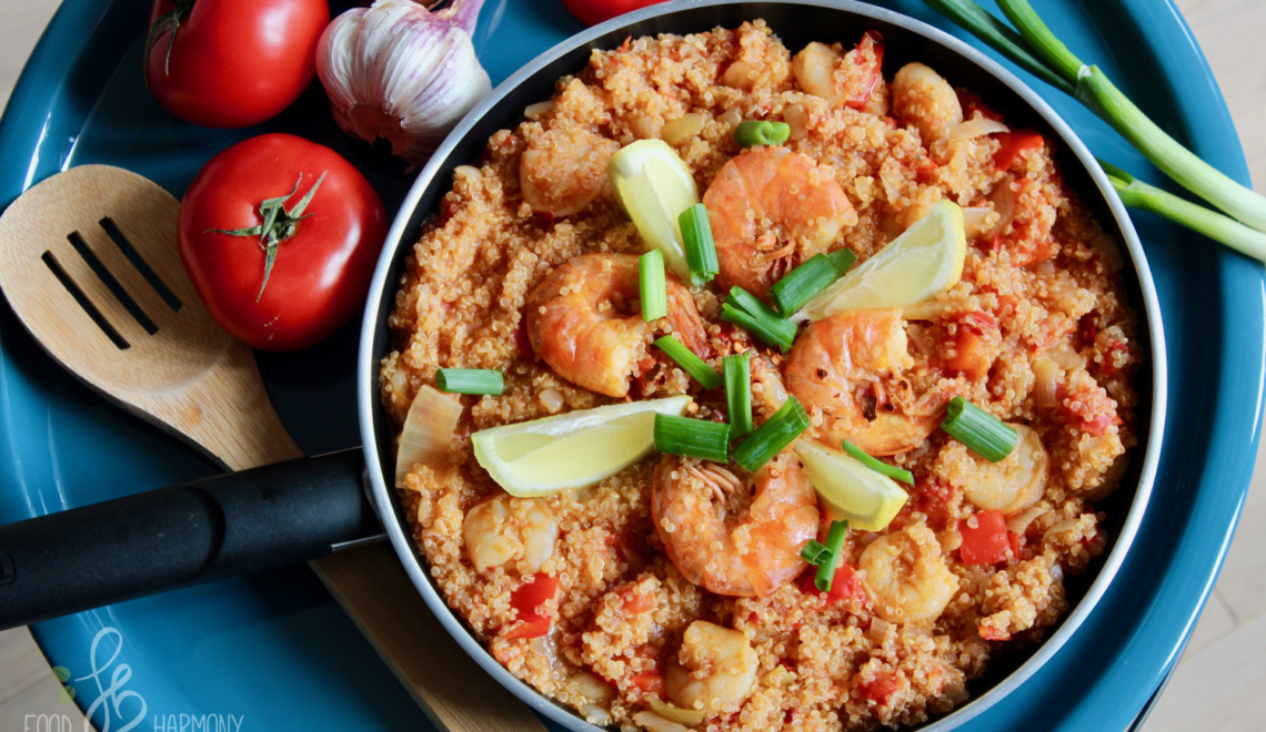 Paella z komosą ryżową i krewetkami