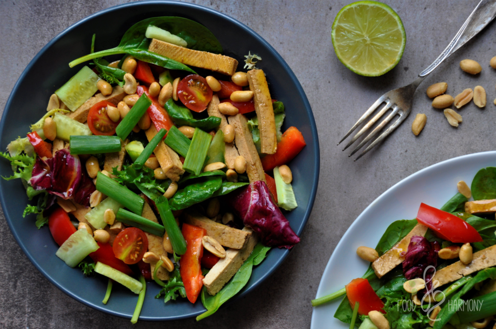 Tajska sałatka z tofu i orzeszkami