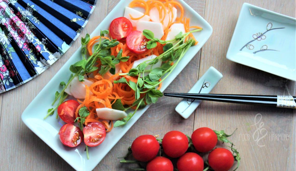 Szybka sałatka warzywna z orientalnym dresingiem z pasty miso i pomarańczy
